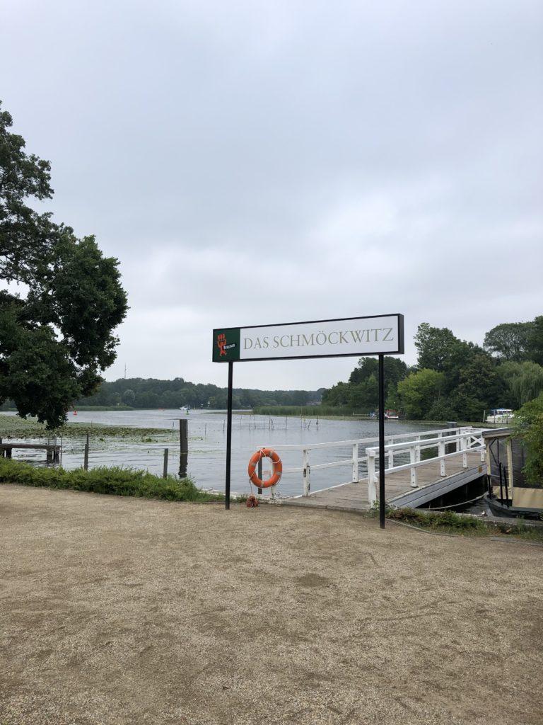 """Anleger am Crossinsee in Berlin, Schild mit der Aufschrift """"Das Schmöckwitz"""""""