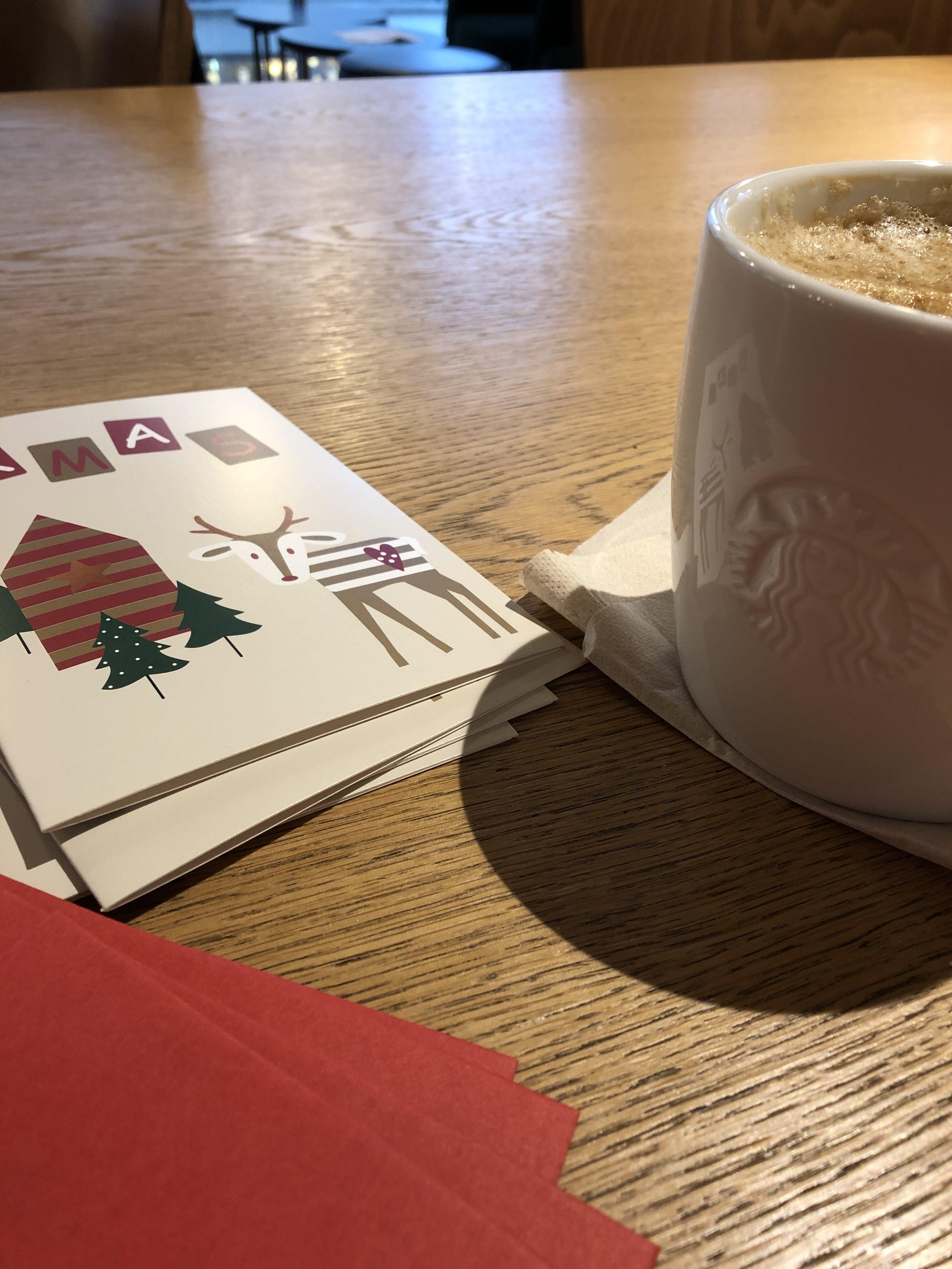 Tisch mit Weihnachtskarten und Kaffeetasse